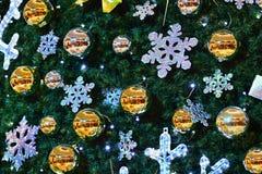 圣诞节装饰装饰新家庭想法 与圣诞树的抽象五颜六色的背景 库存图片