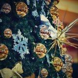 圣诞节装饰装饰新家庭想法 与圣诞树的抽象五颜六色的背景 免版税图库摄影