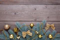 圣诞节装饰装饰新家庭想法 与红色球、小的礼物和弓的冷杉木分支在灰色 免版税库存照片
