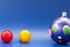 圣诞节装饰装饰新家庭想法 与被绘的滑稽的面孔,丁香a的蓝色球 免版税库存照片