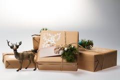 圣诞节装饰装饰新家庭想法 与鹿的礼物 免版税库存图片