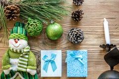 圣诞节装饰装饰新家庭想法 分支圣诞树和锥体修剪,古色古香的烛台,蜡烛,在木的玻璃球 库存图片