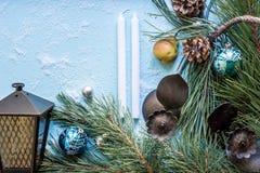 圣诞节装饰装饰新家庭想法 分支圣诞树和锥体修剪,古色古香的烛台,蜡烛,在雪的玻璃球 顶层 库存图片