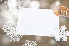 圣诞节装饰装饰新家庭想法 文本的空白的纸卷在美丽的锡之间 免版税库存图片