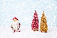 圣诞节装饰装饰新家庭想法 看板卡圣诞节问候 圣诞老人,圣诞节杉树, bokeh,雪 库存图片