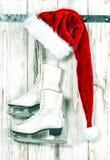 圣诞节装饰装饰新家庭想法 红色圣诞老人帽子和葡萄酒滑冰 免版税库存图片