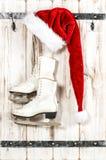 圣诞节装饰装饰新家庭想法 红色圣诞老人帽子和滑冰 免版税库存照片