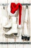 圣诞节装饰装饰新家庭想法 红色圣诞老人帽子葡萄酒照相机滑冰 免版税库存图片