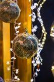 圣诞节装饰装饰新家庭想法 金子新年树球 库存照片