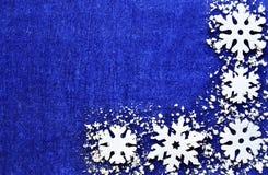 圣诞节装饰装饰新家庭想法 雪花与与copyspace的蓝色背景毗邻 庆祝的圣诞节设计例证雪花 背景边界把空白圣诞节礼品金黄查出的丝带装箱 图库摄影