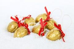 圣诞节装饰金黄雪核桃 库存图片