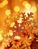 圣诞节装饰金黄雪花结构树 库存图片