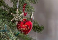 圣诞节装饰银星和`我爱红色心脏失误后边的爷爷` 免版税图库摄影