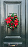 圣诞节装饰门前面 免版税库存照片