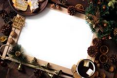 圣诞节装饰顶视图与拷贝空白区的 圣诞节对象:干切的桔子,桂香,杉木锥体,冷杉分支,杯子 免版税库存图片