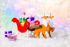 圣诞节装饰驯鹿和圣诞老人雪橇与礼物在sno 图库摄影