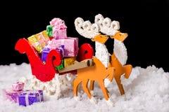 圣诞节装饰驯鹿和圣诞老人雪橇机智静物画  免版税库存图片