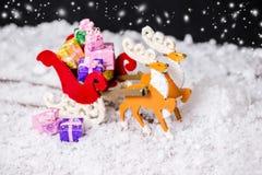 圣诞节装饰驯鹿和圣诞老人雪橇wi的构成 免版税库存照片