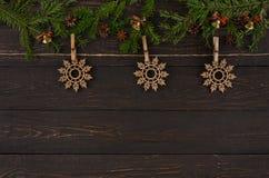圣诞节装饰,与木雪花装饰品的麻线绳索 诗歌选框架背景 免版税图库摄影