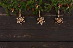 圣诞节装饰,与木雪花装饰品的麻线绳索 诗歌选框架背景 库存图片