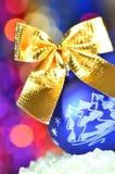 圣诞节装饰,与金黄弓的蓝色圣诞节球 库存图片