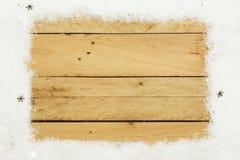 圣诞节装饰,人为雪框架在木背景的 免版税库存照片