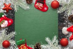圣诞节装饰,冷杉分支孩子与自由空间的袜子和pinecones构成在文本的中部 免版税库存图片