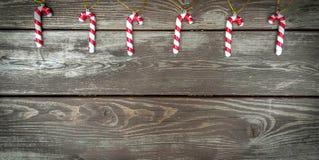 圣诞节装饰,在木背景的棒棒糖 免版税图库摄影