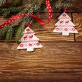 圣诞节装饰,在木背景,挪威圣诞树装饰品 免版税库存图片
