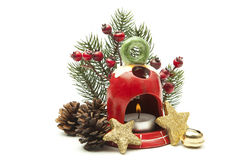 圣诞节装饰,在白色背景隔绝的茶轻的持有人冷杉枝杈红色莓果锥体 免版税库存照片