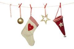 圣诞节装饰,帽子球形袜子垂悬在洗涤的线的棒棒糖,隔绝在白色背景 免版税库存照片