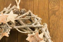 圣诞节装饰,棕色松树锥体特写镜头与枝杈的和 免版税库存照片