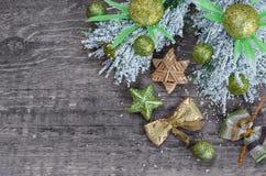 圣诞节装饰,老木背景 免版税库存图片