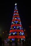 圣诞节装饰,被带领的光照亮的五颜六色的圣诞树,圣诞节贺卡,圣诞节背景, 免版税库存图片
