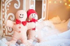 圣诞节装饰:华而不实的屋和姜饼人 免版税库存图片