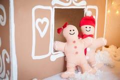圣诞节装饰:华而不实的屋和姜饼人 库存图片