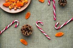 圣诞节装饰:棒棒糖顶视图  免版税库存照片