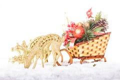 圣诞节装饰: 雪橇和驯鹿 免版税库存照片