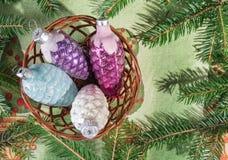 圣诞节装饰-在篮子的玻璃锥体 库存照片