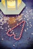 圣诞节装饰-灯笼和棒棒糖,被定调子的减速火箭 免版税图库摄影