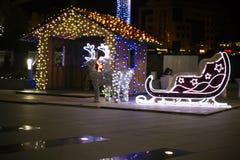 圣诞节装饰-驯鹿和雪橇 圣诞灯 运载圣诞节克劳斯礼品例证晚上圣诞老人向量 与两头鹿的明亮地被点燃的雪橇 库存图片