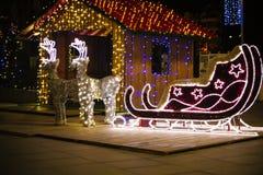 圣诞节装饰-驯鹿和雪橇 圣诞灯 运载圣诞节克劳斯礼品例证晚上圣诞老人向量 明亮地被点燃的雪橇 免版税库存照片