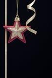 圣诞节装饰g金席子红色星形 库存图片