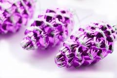 圣诞节装饰pinecones 免版税图库摄影