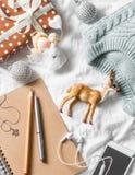 圣诞节计划和购物背景 蓝色编织了毛线衣,笔记薄,电话,在轻的背景的圣诞节装饰,上面 免版税库存照片