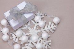 圣诞节设置与礼物小珠 免版税库存图片