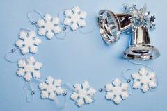 圣诞节设置与雪花和响铃 库存图片