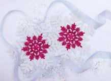 圣诞节设置与雪花和银色丝带 库存照片