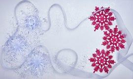 圣诞节设置与雪花和银色丝带 图库摄影