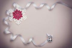 圣诞节设置与雪花和银色丝带 免版税库存图片